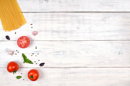 Ingredientes de la pasta italiana en blanco mesa de madera, vista desde arriba, espacio de copia Foto de archivo - 49970995