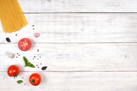 italienisches essen: Italienische Teigwarenbestandteile auf weißen Holztisch, Ansicht von oben, Textfreiraum