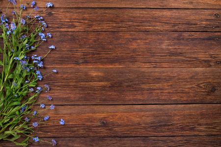 Vergeet-mij-niet blauwe bloemen op houten achtergrond, kopiëren ruimte Stockfoto