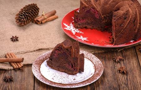 pastel de chocolate: tradicional pastel de chocolate de Navidad en la mesa de madera adornado Foto de archivo