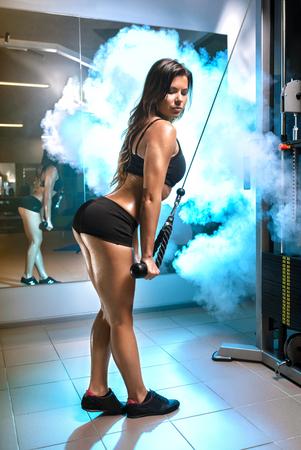 Fitness junge Frau arbeitet Training mit Crossover im Fitness-Studio, horizontal Foto
