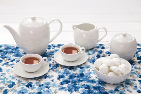 cups of tea with marshmallow on wooden white table Stok Fotoğraf