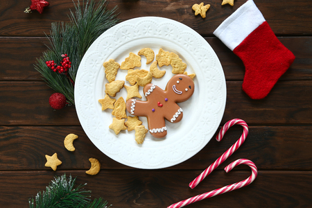 Plate with tasty gingerbread cookies on wooden table, close up view Stok Fotoğraf