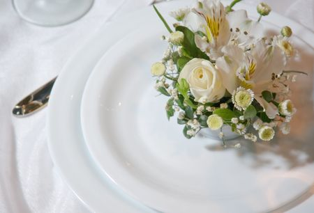 feast table: Plates decorated with a bouquet of flowers
