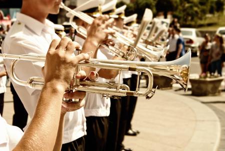 trompeta: trompetistas de una banda militar Foto de archivo