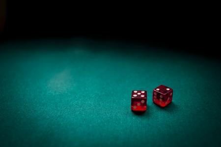 dados: Dos dados de contar siete en una mesa de juego