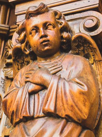 祈る木製の天使