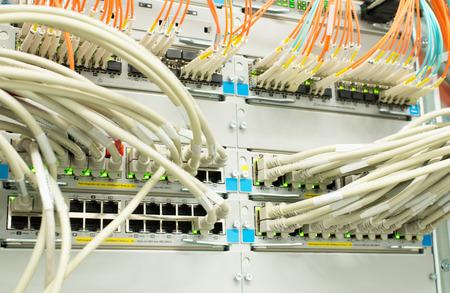 cable red: Conmutador de red Lan y LWL fibra óptica Foto de archivo