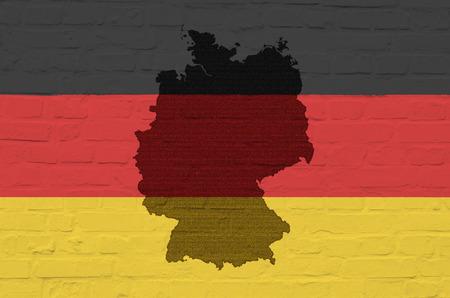 bandera alemania: Bandera de Alemania en una pared de piedra blanca