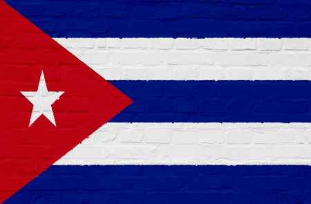 bandera cuba: Bandera de Cuba en una pared de piedra blanca Foto de archivo