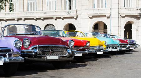 キューバのハバナの通りにカラフルなアメリカン クラシック車