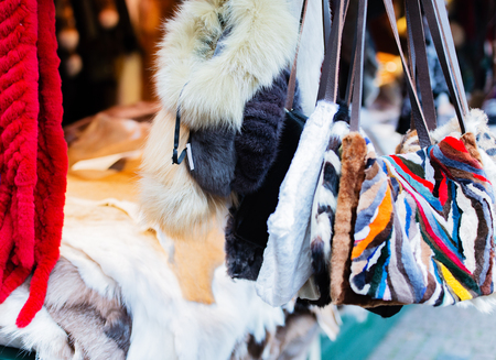 stole: accesorios de la piel en un mercado de Navidad Foto de archivo