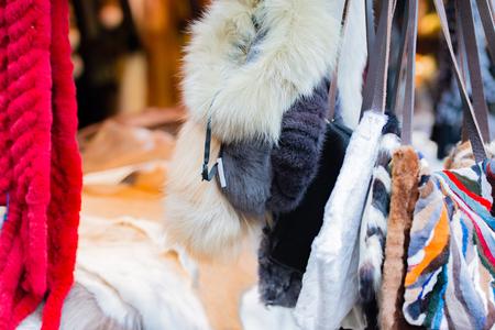 robo: accesorios de la piel en un mercado de Navidad Foto de archivo