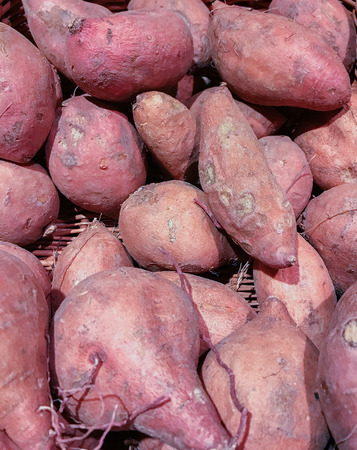 aliments: Sweet potato on a fruit and vegetable market Banque d'images