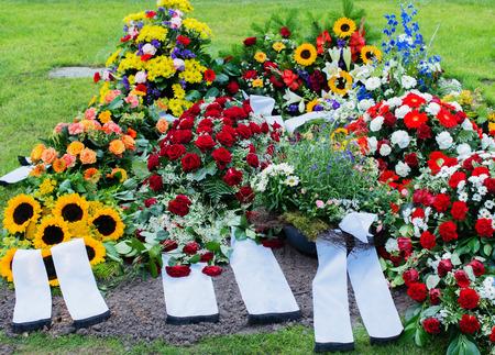 memorial cross: Flores después de un funeral en un viejo cementerio Foto de archivo
