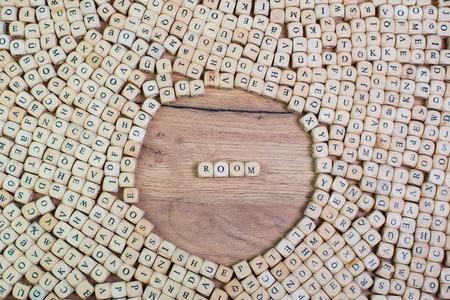 Naam van de kamer in letters op kubusblokjes op tafel