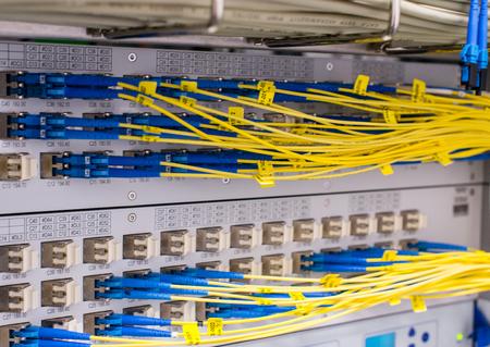 データセンターのスイッチの光ファイバ光導波路 写真素材
