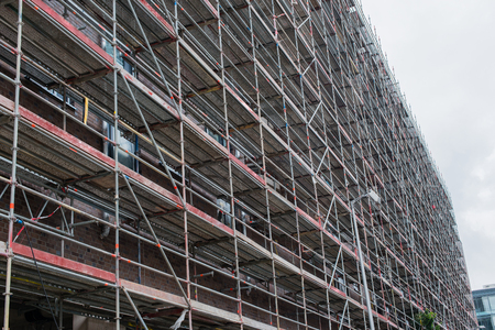 Scaffolding attached to a building 版權商用圖片 - 94762382