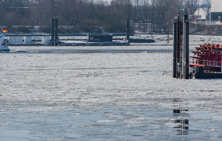 Barges Boats is iceboundly located in the city of Hamburg harbor Stockfoto