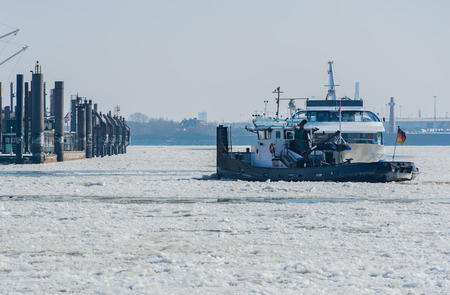 Ice breaker on frost patrol in the port of Hamburg Banco de Imagens