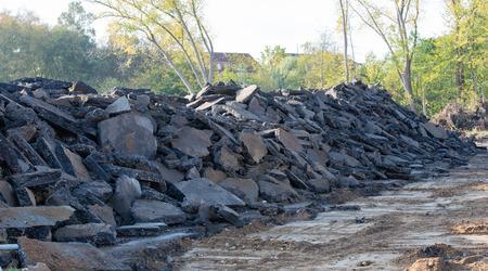 Tas de gravier après un bâtiment de démolition sur un chantier Banque d'images