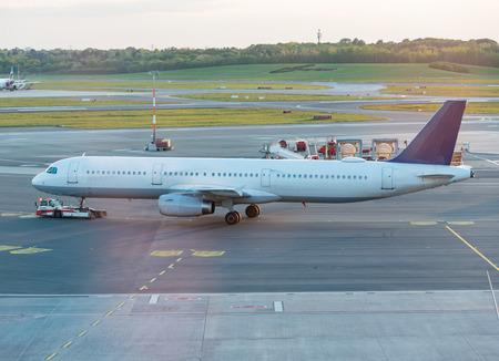 Airplane handling at a gate at Hamburg airport Фото со стока