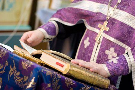 sotana: lee un sacerdote ore m�s de la Biblia  Foto de archivo