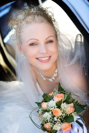 Portrait of the bride sitting in the car Standard-Bild