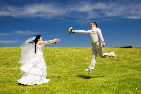 d?a: el novio le da ramo a la novia
