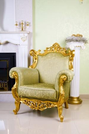 muebles antiguos: antiguo sill�n en la habitaci�n Foto de archivo