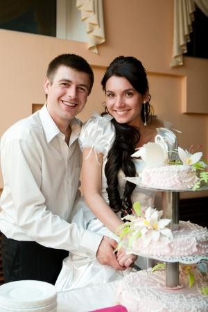 schneiden Sie ein Paar Hochzeitstorte Standard-Bild