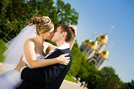 Braut und Bräutigam küssen im Park Standard-Bild
