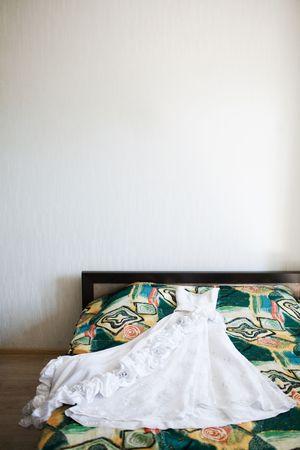 vestido de novia en la cama Foto de archivo - 5453073
