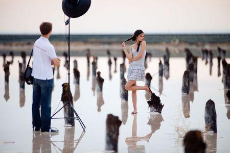 achter de schermen van de fotoshoot voor het meisje  Stockfoto