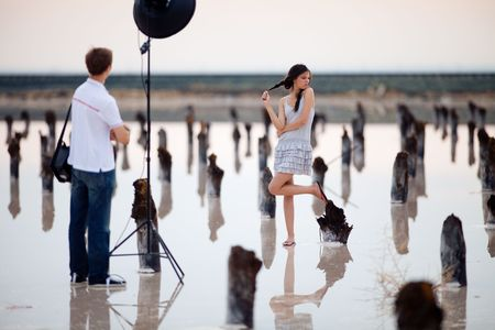 backstage of the photo shoot of the girl Standard-Bild
