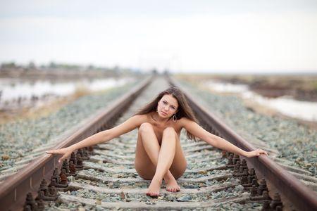 mujer desnuda sentada: ubicaci�n ni�a en el ferrocarril