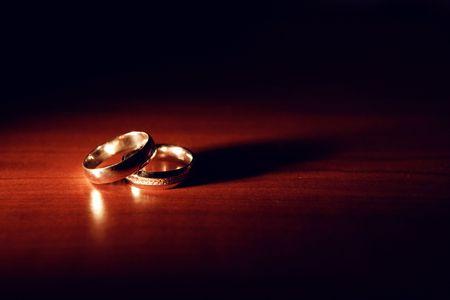 Hochzeit Ringe auf dem Tisch