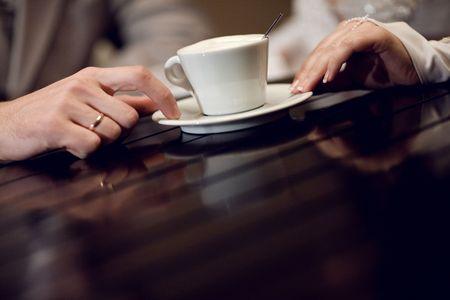 zwei Hände und Tasse Kaffee