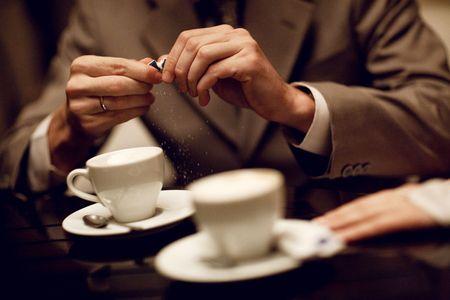 Zwei Hände und Tasse Kaffee  Standard-Bild - 6389989