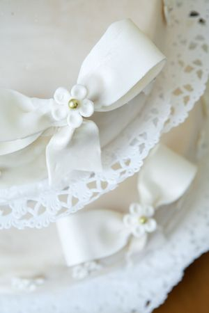 flowers and bows on the cake photo