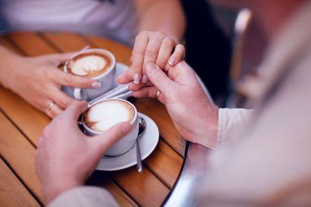 zwei Hände und Tasse Kaffee  Standard-Bild
