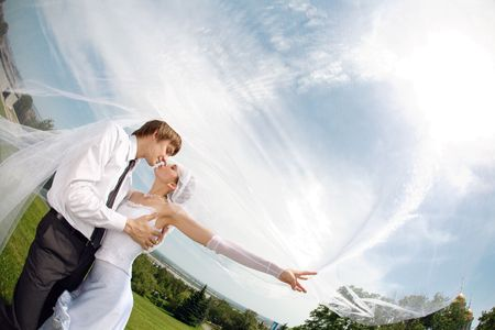 bridal dress: bacio di due sotto il velo