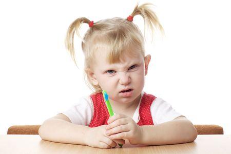 verärgert Kind mit Zahnbürste in Händen
