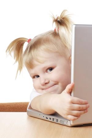 Kind mit einer Loptop in Händen