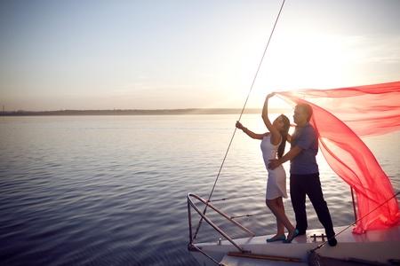 Mann und Mädchen unter das Segel Standard-Bild