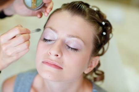 Mädchen Anwendung Hochzeits Make-up von professionellen Make-up Artist Standard-Bild
