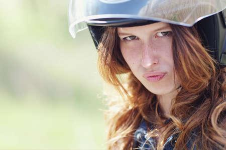 portret van een jong meisje in motorhelm