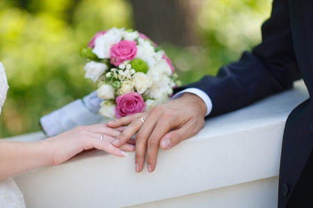 Bukett und Eheringe von Braut und Bräutigam
