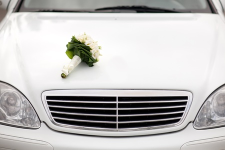 capote: wedding bouquet on the car
