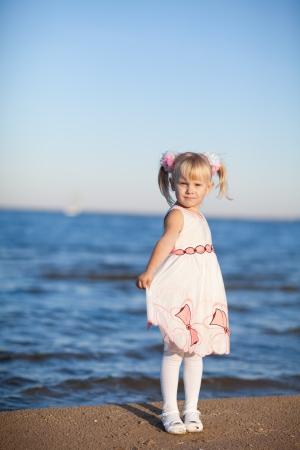 petite fille avec robe: petite fille sur la plage Banque d'images